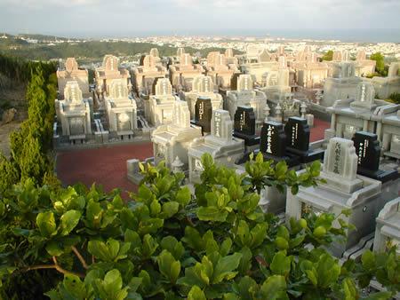 「墓と住宅」